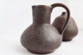 Set van twee bruine handwerk vazen