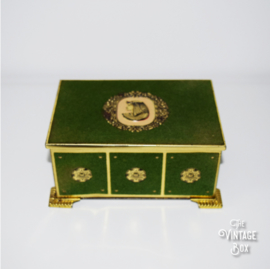 Brocante metalen doosje, bekleed met groen fluweel en ornamenten jaren '40
