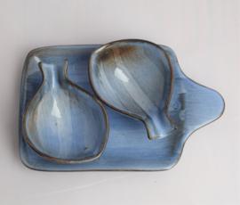 Schotel met twee viskommetjes aardewerk met blauw glansglazuur