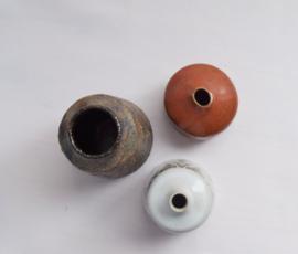 Drie kleine aardewerk vaasjes