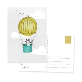 Postkaartje met vrolijke das in een luchtballon