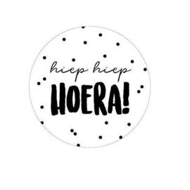 Sticker Hiep Hiep Hoera (wit/zwart)