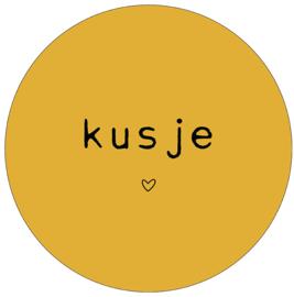 Label-R Kids | Muurcirkel Tekst Kusje (mosterdgeel)