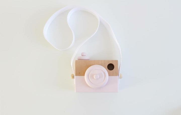 Manowoods Houten speelgod camera (roze)