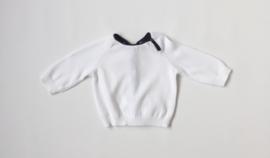 Sweater con botón en cuello - blanco y azul