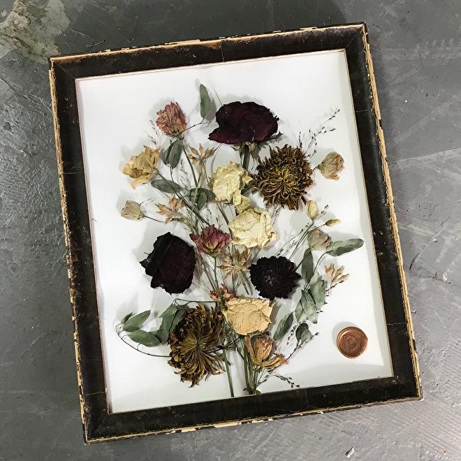 bouquet de mariée dans un cadre