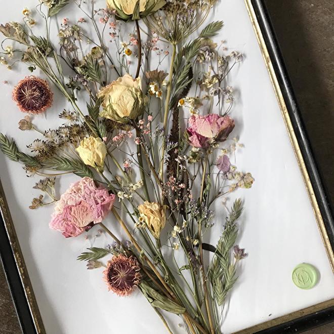 gedroogde rouwbloemen in lijst