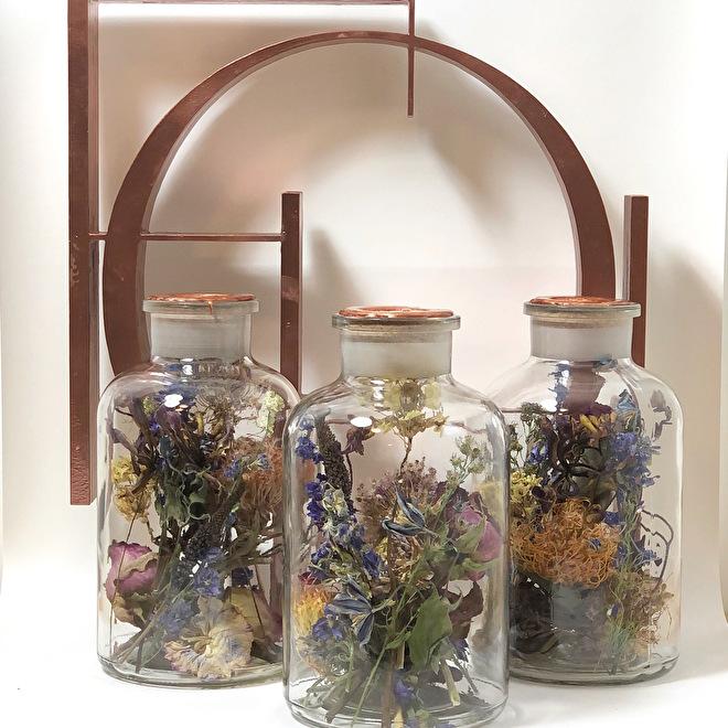 gedroogde rouwbloemen in flessen