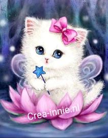 Kat in lotusbloem
