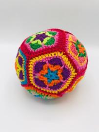 kleurrijk gehaakte bal