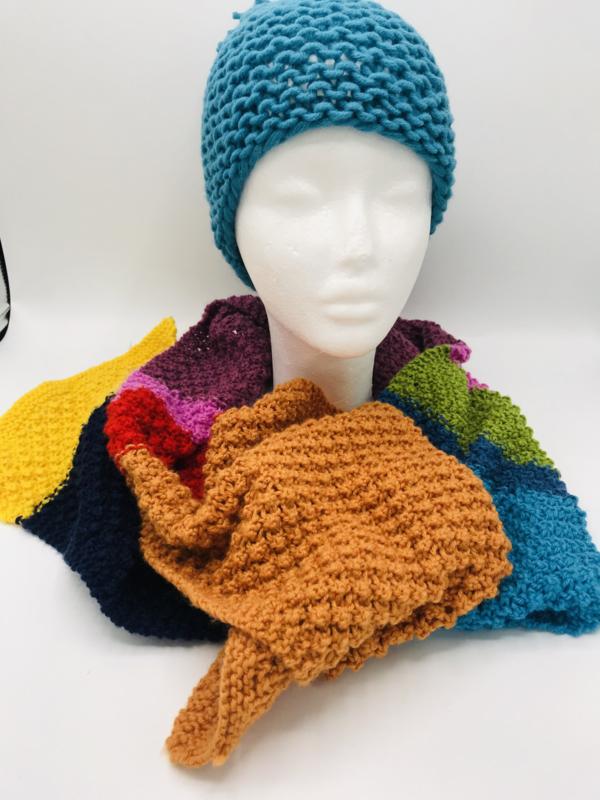 Vele steken- en kleuren gebreide sjaal
