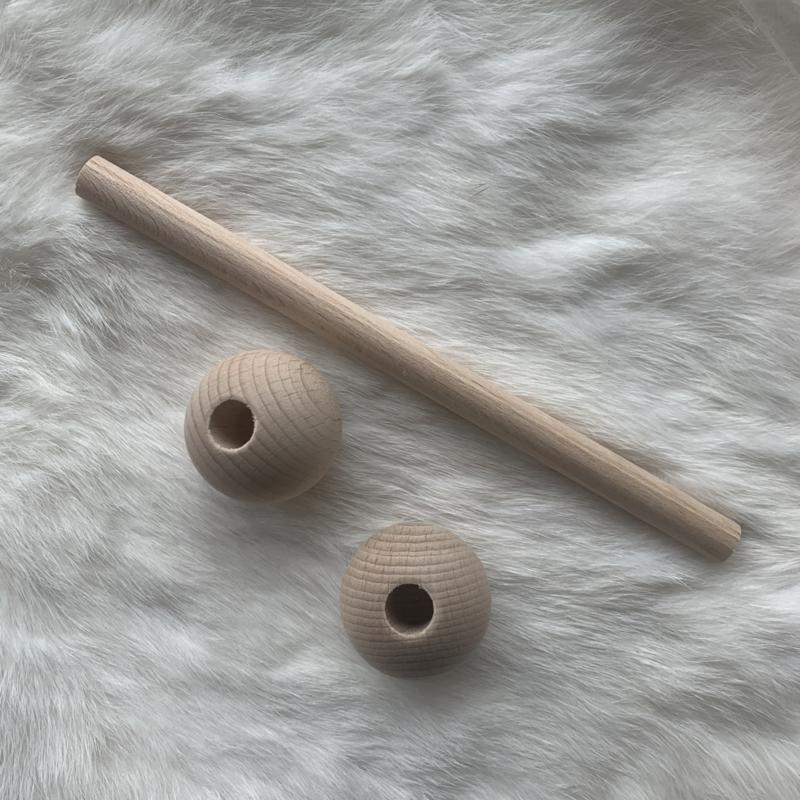Houten DIY rammelaar - recht met ronde kralen