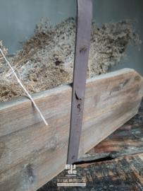 Stoere oude houten bak met hendel