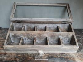 Oude houten bak vitrine met vakken