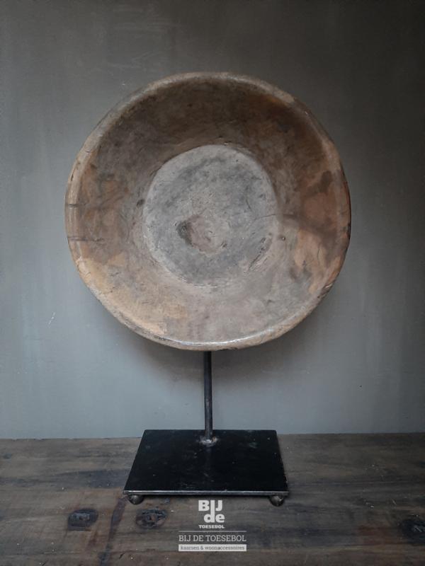 Oude houten schaal op standaard