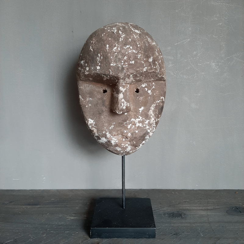 Sober vergrijsd ornament op statief gezicht masker patung landelijk stoer oud