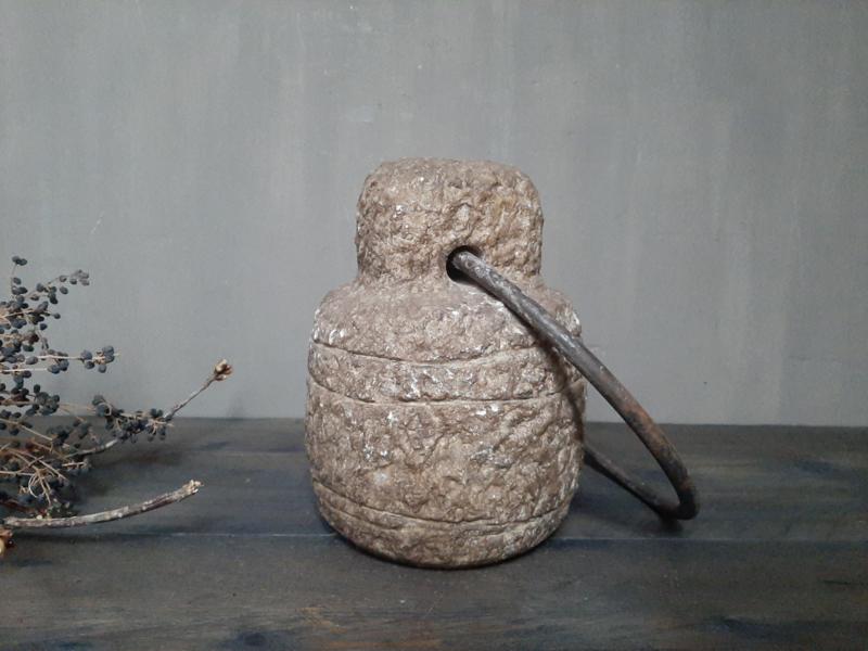 Grote stenen deurstop met metalen hengsel