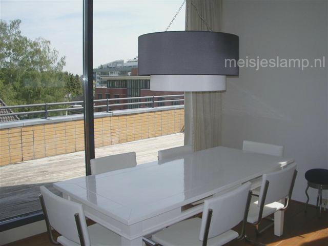 Hanglamp boven witte tafel