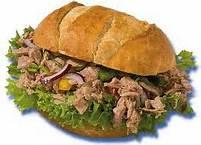 Belegd broodje tonijn salade