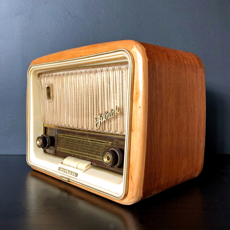 """Vintage Radio """"Revamped"""" with a Bluetooth Boost"""