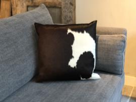 Kussen met donkerbruine koeienhuid - 50x50 cm