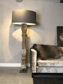 Vloerlamp met oud houtsnijwerk