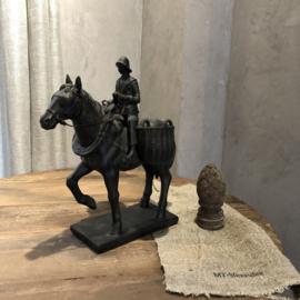 Zwart beeld van paard en ruiter