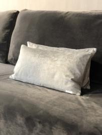 Kussen in eucalyptus/grijze velours stof - 30x60 cm