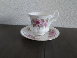Kop en schotel met roze bloem