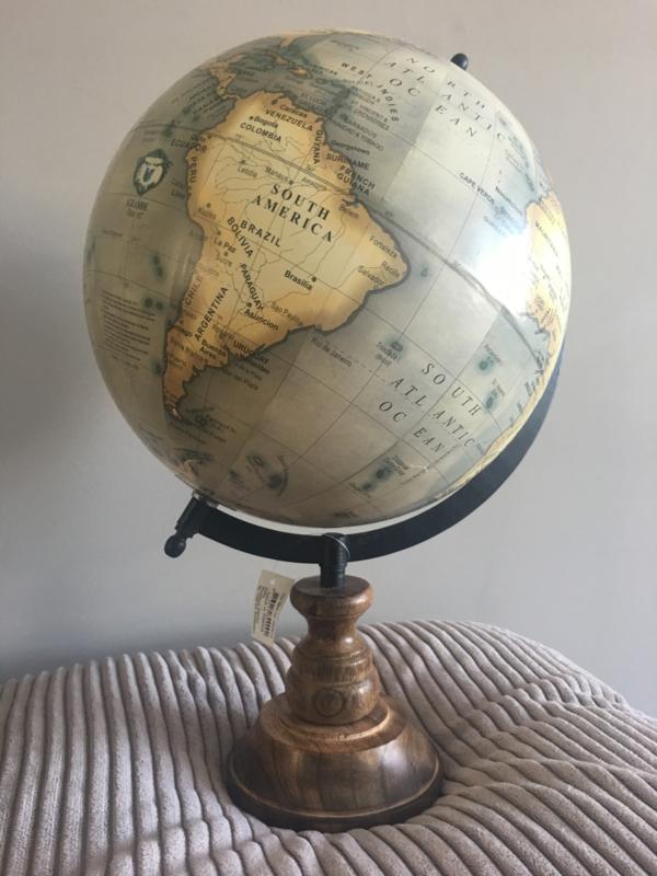 wereldbol op houten voet