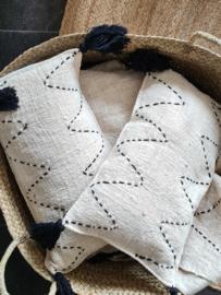 Linnen bohemian kussen zigzag met zwarte kwasten 30x50cm