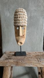 Bohemian masker op standaard met schelpjes, naturel