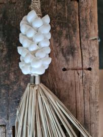 Raffia deurhanger witte schelpjes