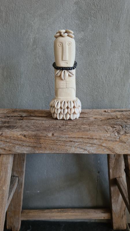 Stoneman beige met schelp en zwarte kraaltjes