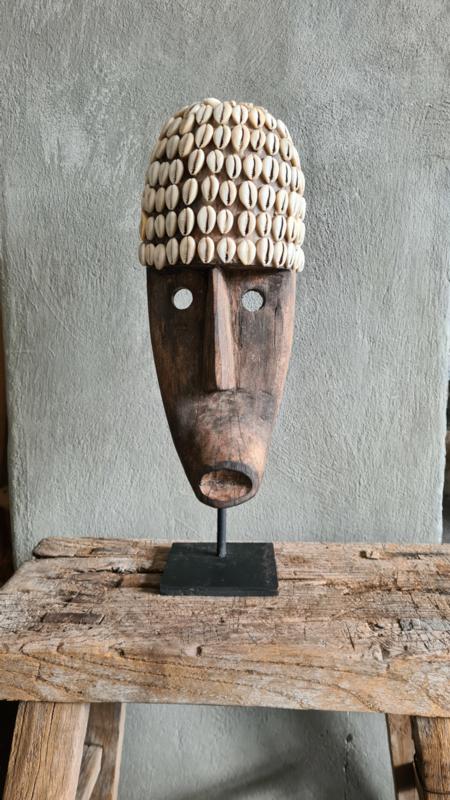 Bohemian masker op standaard met schelpjes, antraciet