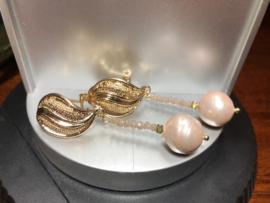 oorbellen lang goud met roze shellparel