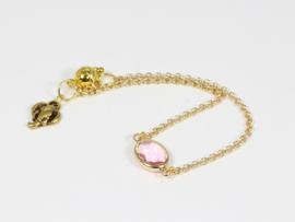 armbandje goud met fijne schakel en roze facet kristal