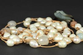 collier lang met parels en agaat geknoopt aan leer