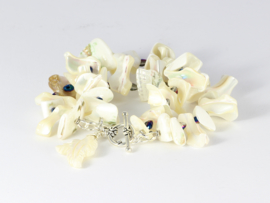armband  wit met parelmoer en kobalt blauw kristal