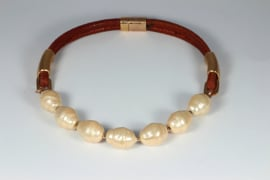 collier kort met grote shell parels in zalmkleur