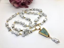 collier lang howliet wit met ruwe smaragd