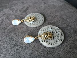 oorbellen lang vergulde oorstekers met lichtblauw opaal fancy stone en budha