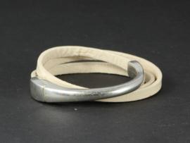 armband met groot magneetslot en crèmekleurig leer