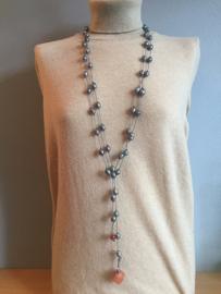 collier lang met grijze parels geknoopt aan leer met carneool