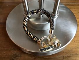 armband met zwart leer met goud opdruk en bedel
