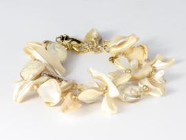 armband parelmoer beige met kristalletjes in goudkleur