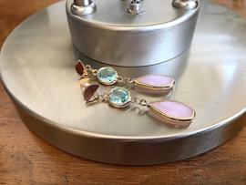 oorbellen lang goud facet roze en lichtblauw