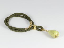 collier suède legergroen met gele opaal druppel