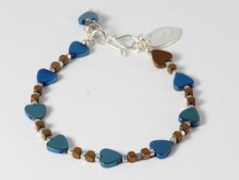 Armband met hematiet hartjes in metalic blauw
