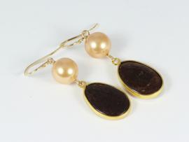oorbellen lang goud bruine jade en zalm shell parel